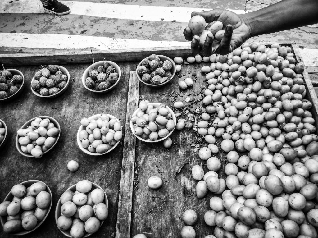TQ SÃO PAULO 17.01.2017 METRÓPOLE ESPECIAL ANIVERSÁRIO SP EXCLUSIVO EMBARGADO Frutas em carrinho de camelô. Fotos da cidade de São Paulo produzidas com celular Motorola. FOTO TIAGO QUEIROZ/ESTADÃO  - TIRADA COM MOTO Z PLAY + HASSELBLAD TRUE ZOOM