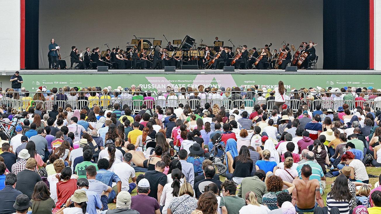 Concerto ao ar livre na parte externa do Auditório Ibirapuera, em São Paulo