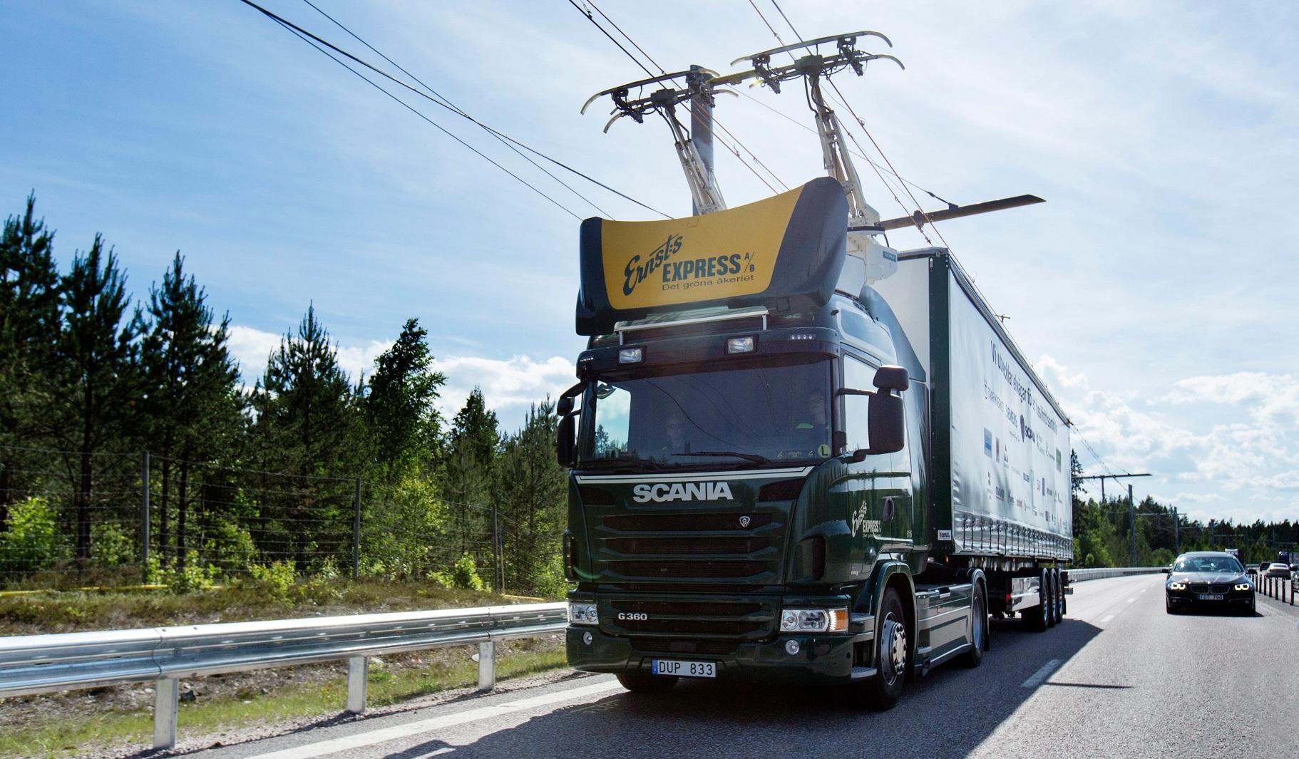 O caminhão híbrido circula utilizando a energia da linha elétrica (Foto: Scania CV AB)